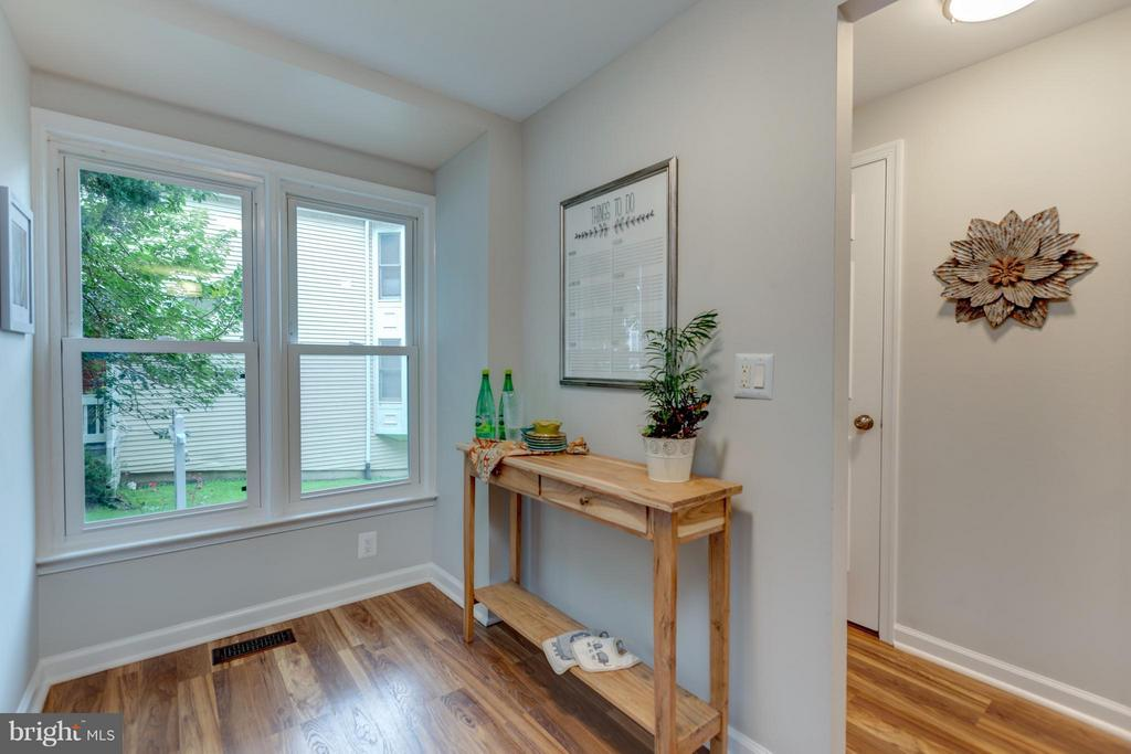 Lots of Light from these windows. - 11189 SILENTWOOD LN, RESTON