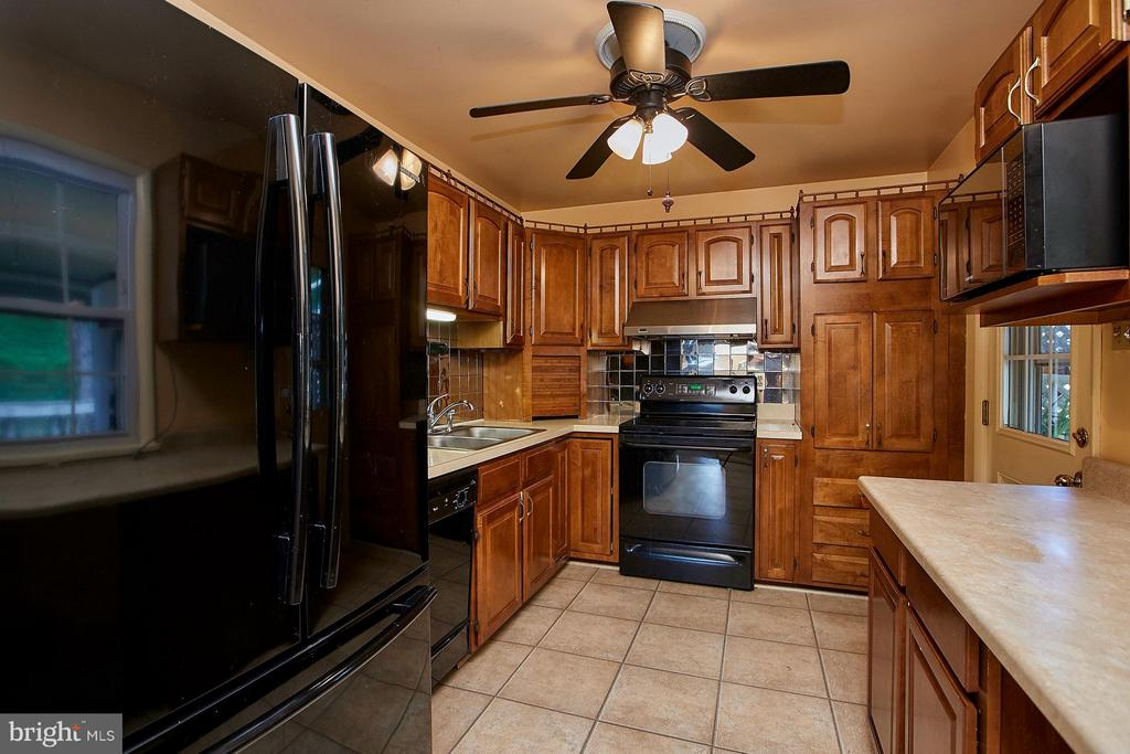 spacious kitchen can be opened to dining area. - 4704 TIPTON LN, ALEXANDRIA