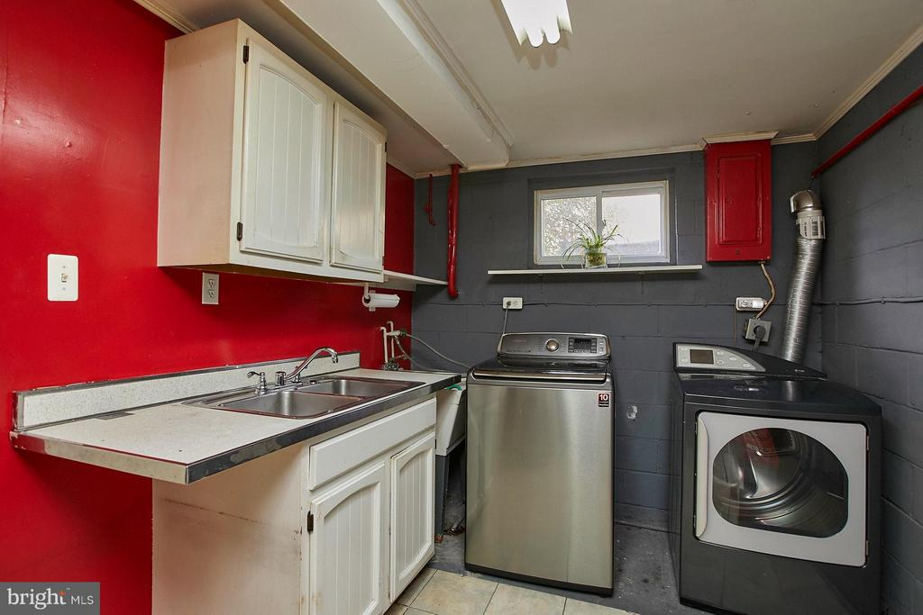 Laundry w/sink and fridge.  Newer washer/dryer - 4704 TIPTON LN, ALEXANDRIA