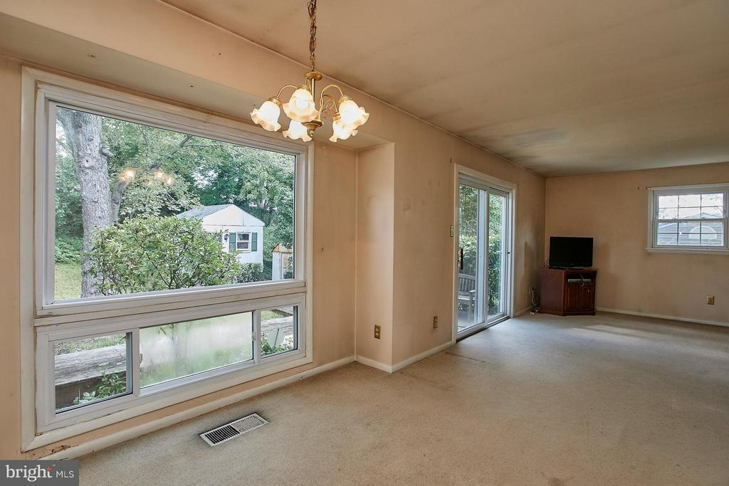 Dining room w/large windows overlooking backyard - 4704 TIPTON LN, ALEXANDRIA