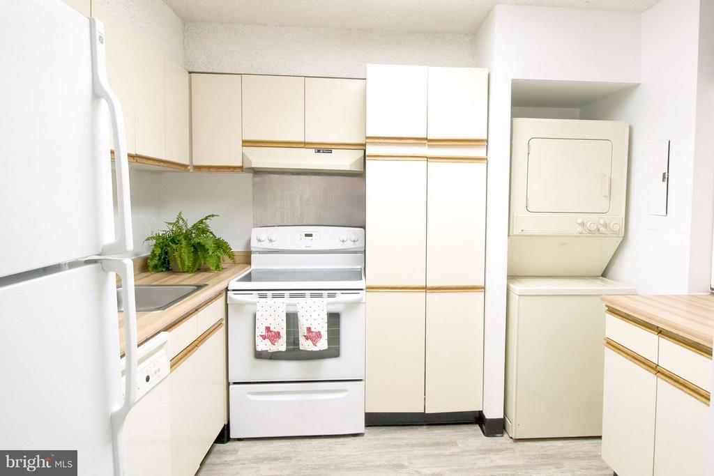 Kitchen - 3800 POWELL LN #418, FALLS CHURCH