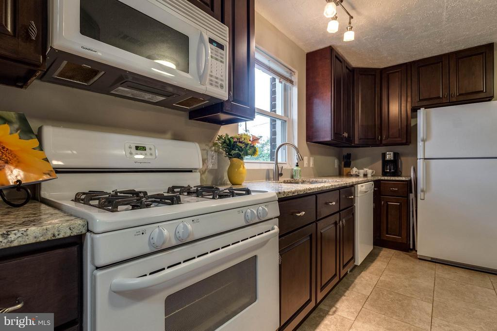 Kitchen w/cherry cabinets and granite CT - 240 BURGESS AVE, ALEXANDRIA