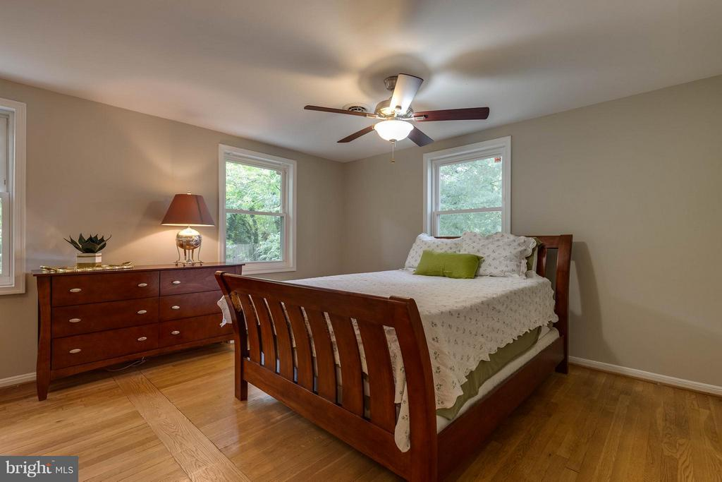 Master Bedroom with 2 Closets and lots of light - 240 BURGESS AVE, ALEXANDRIA