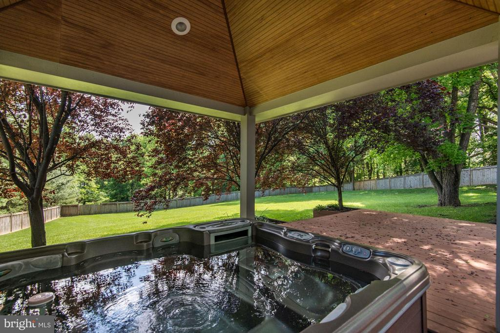 Gazebo w/ Hot-Tub - 1416 WYNHURST LN, VIENNA