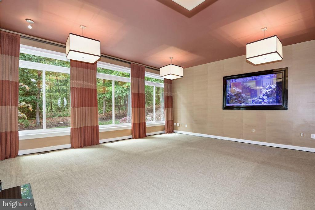 Family Room w/ 2-Sided Aquarium - 1416 WYNHURST LN, VIENNA