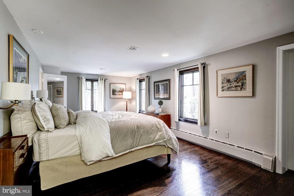 Main level master bedroom or great guestroom - 2900 27TH ST N, ARLINGTON