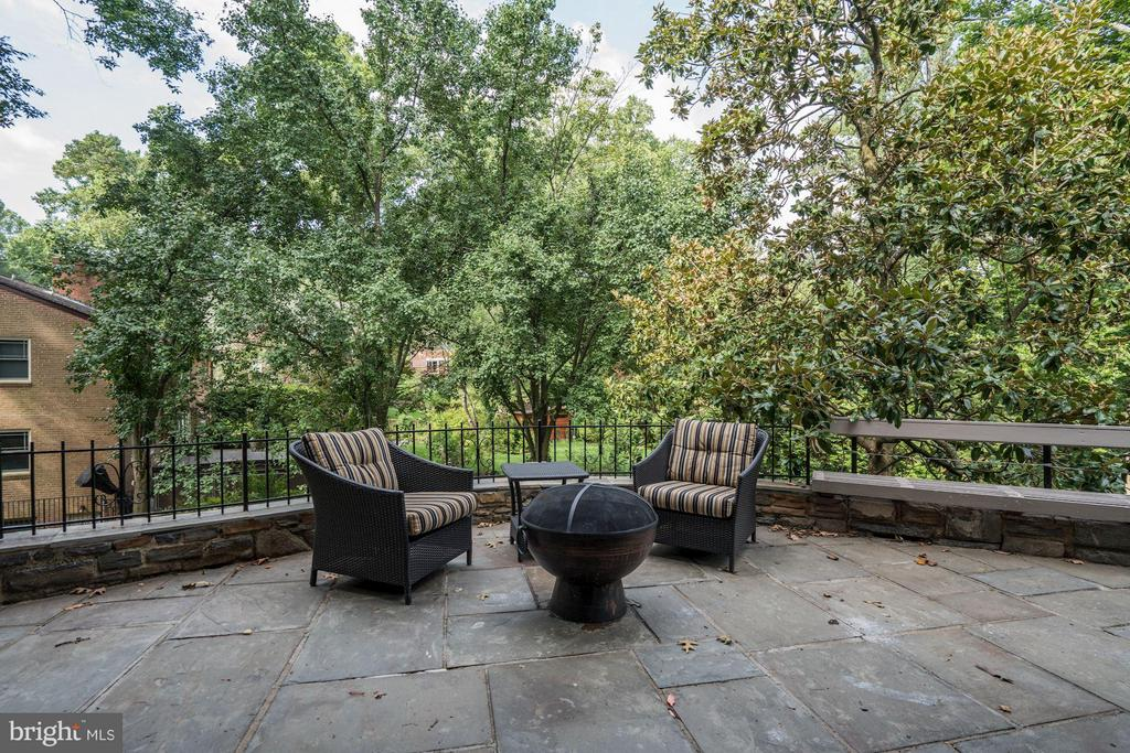 with a lower level overlooking the... - 2900 27TH ST N, ARLINGTON