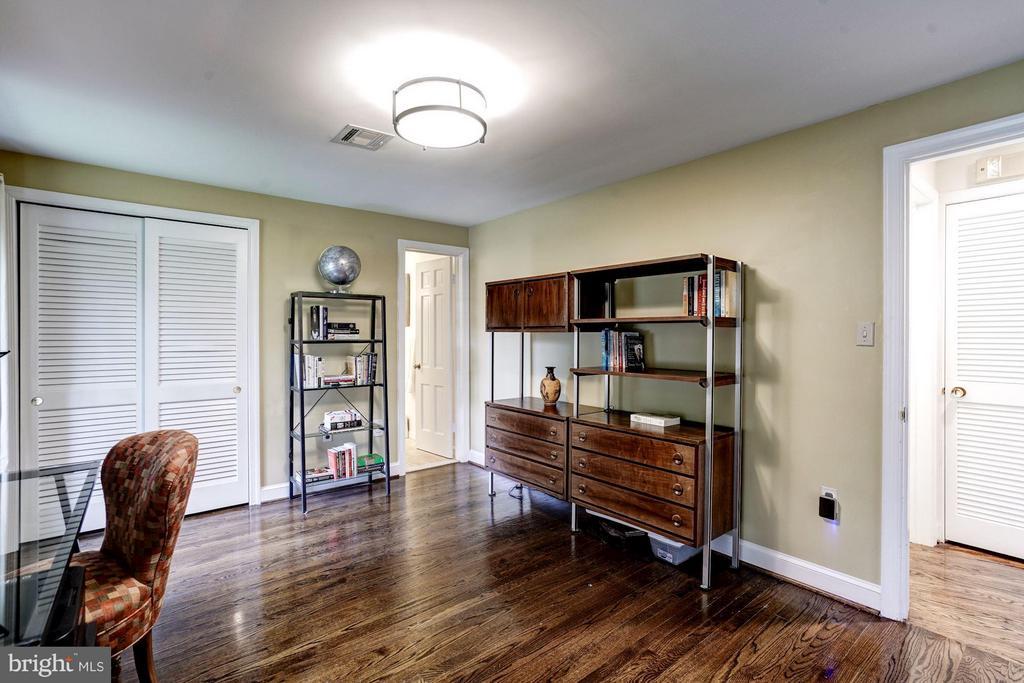First floor bedroom with en suite bath - 2900 27TH ST N, ARLINGTON