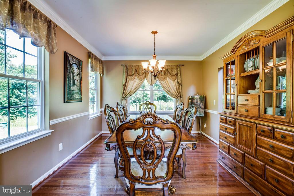 Crown and chair molding accentuates dining room - 10214 DARDEN CT, SPOTSYLVANIA