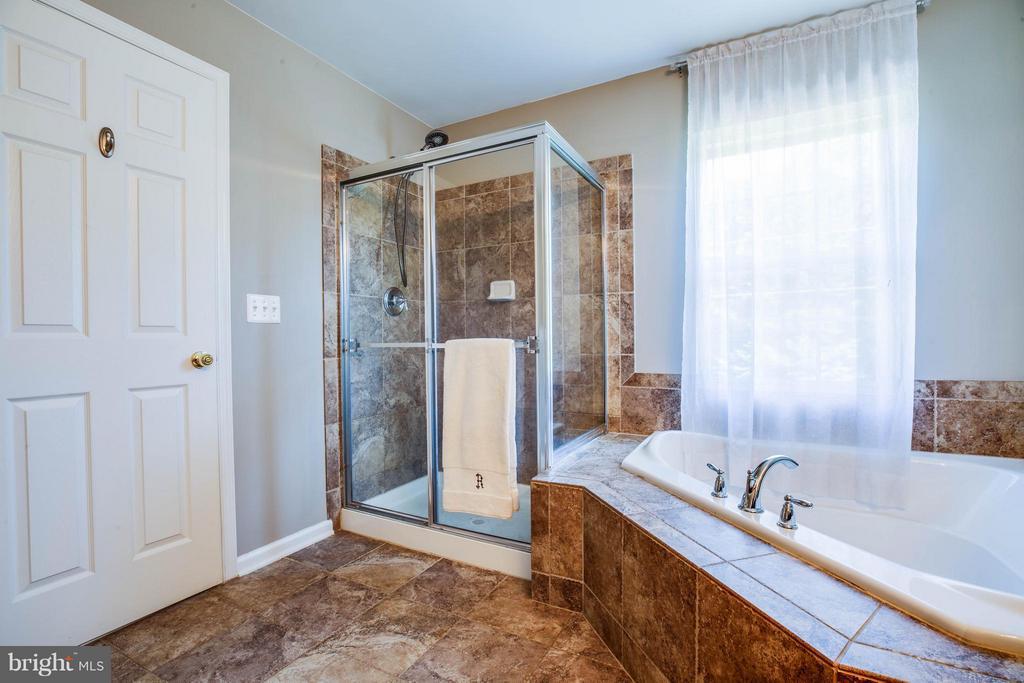 Pamper yourself! Ceramic tiled walk-in shower - 10214 DARDEN CT, SPOTSYLVANIA