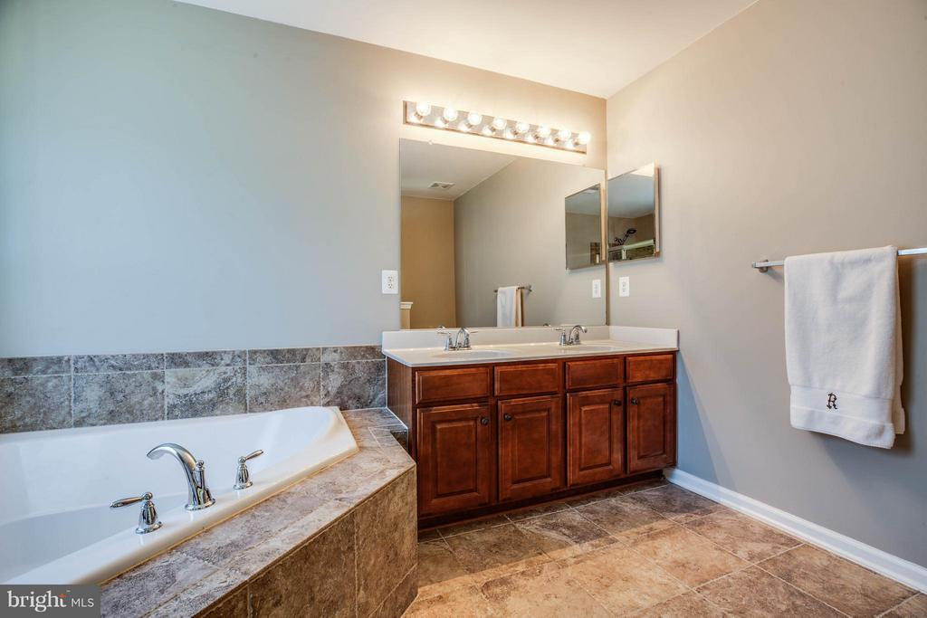 Spa day! Relax the day away  in your soaking tub - 10214 DARDEN CT, SPOTSYLVANIA