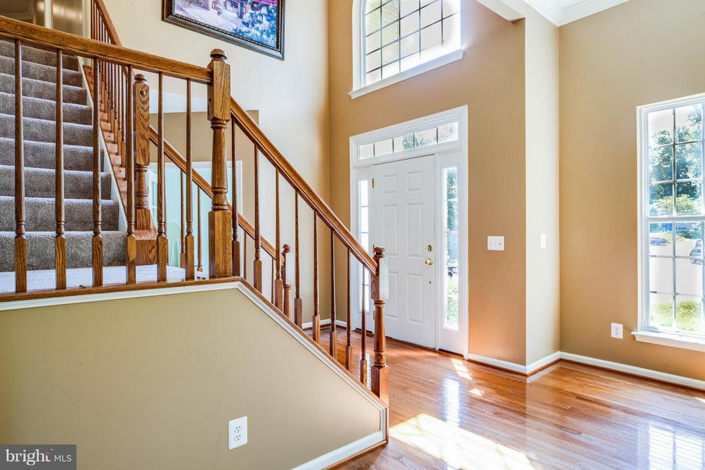 Bright and friendly foyer welcomes your guests - 10214 DARDEN CT, SPOTSYLVANIA