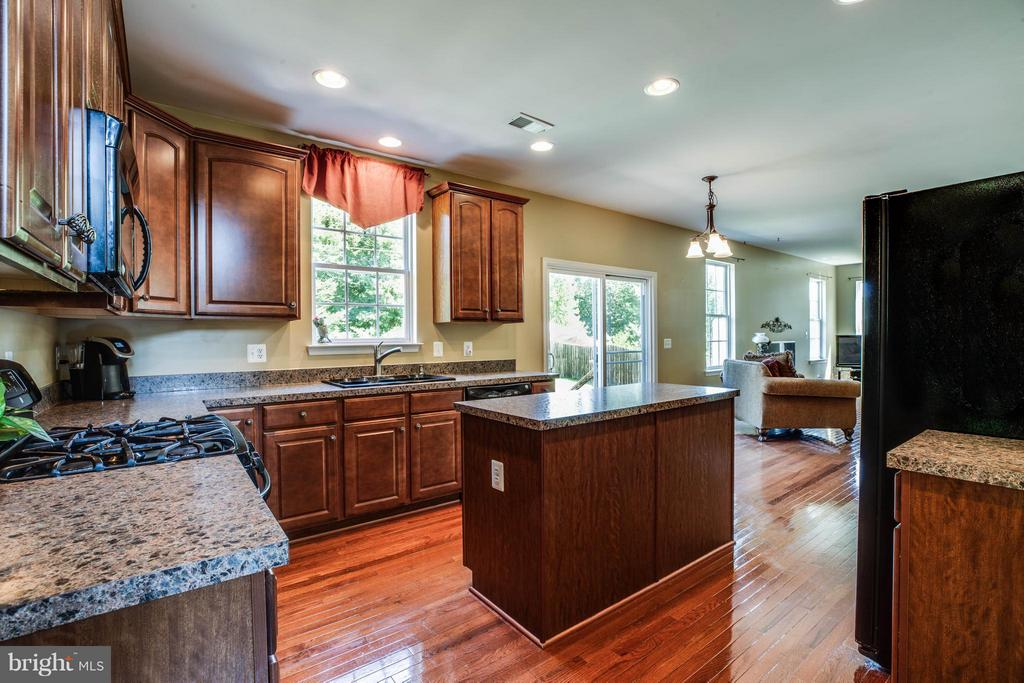 Eat-in kitchen is perfect for casual meals - 10214 DARDEN CT, SPOTSYLVANIA
