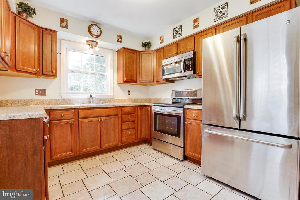 Updated Kitchen w/SS Applicances - 2516 LINWOOD LN, WOODBRIDGE