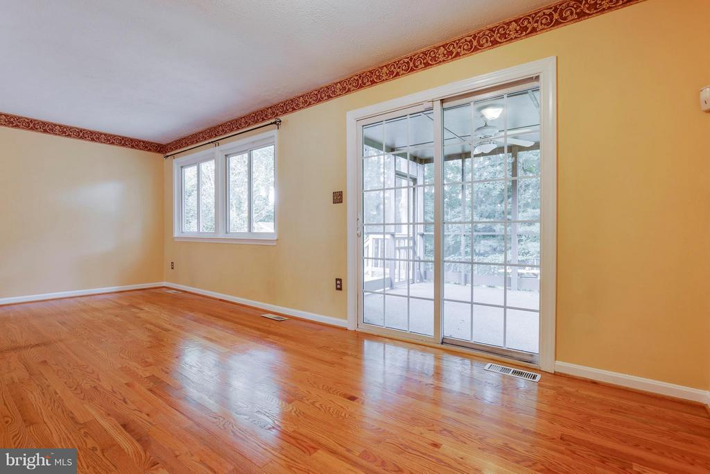Spacious Living Room - 2516 LINWOOD LN, WOODBRIDGE
