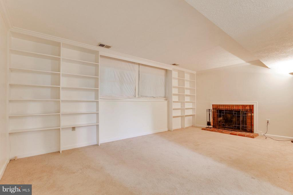 Large Family Room w/Built-In Bookshelves - 2516 LINWOOD LN, WOODBRIDGE