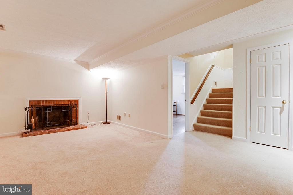 Relax In Your Family Room w/Wood Burning Fireplace - 2516 LINWOOD LN, WOODBRIDGE