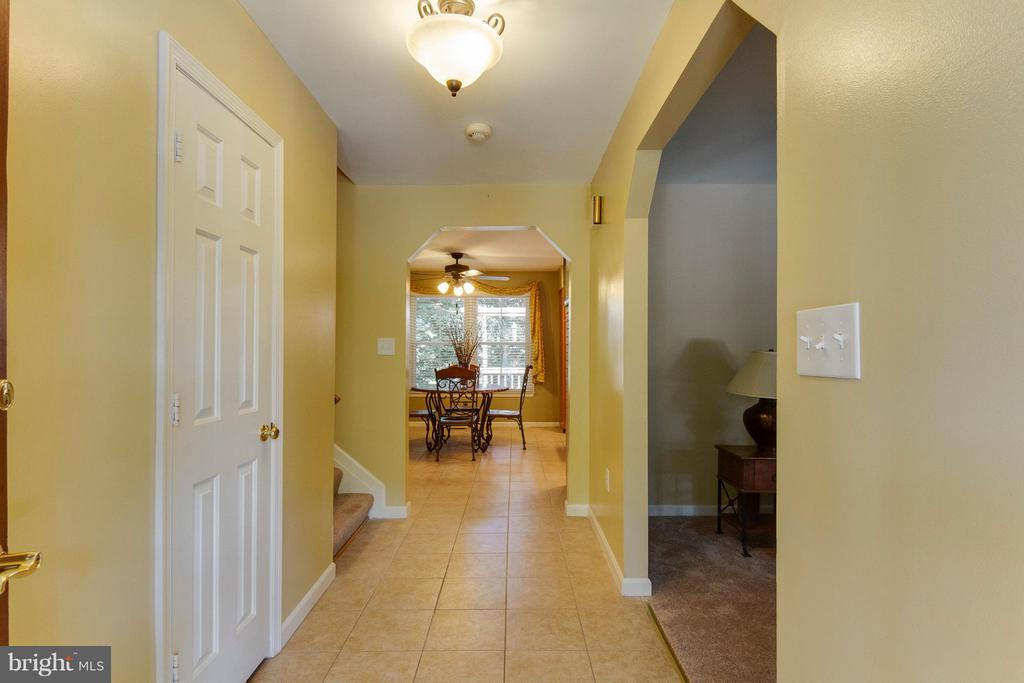 Large foyer with generous closet and ceramic tile - 4087 CAMELOT CT, DUMFRIES