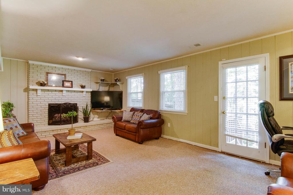 Family rm w door to back yard & gas fireplace - 4087 CAMELOT CT, DUMFRIES