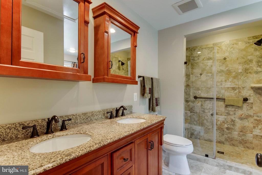 Remodeled owner's bath has double sink and granite - 4087 CAMELOT CT, DUMFRIES