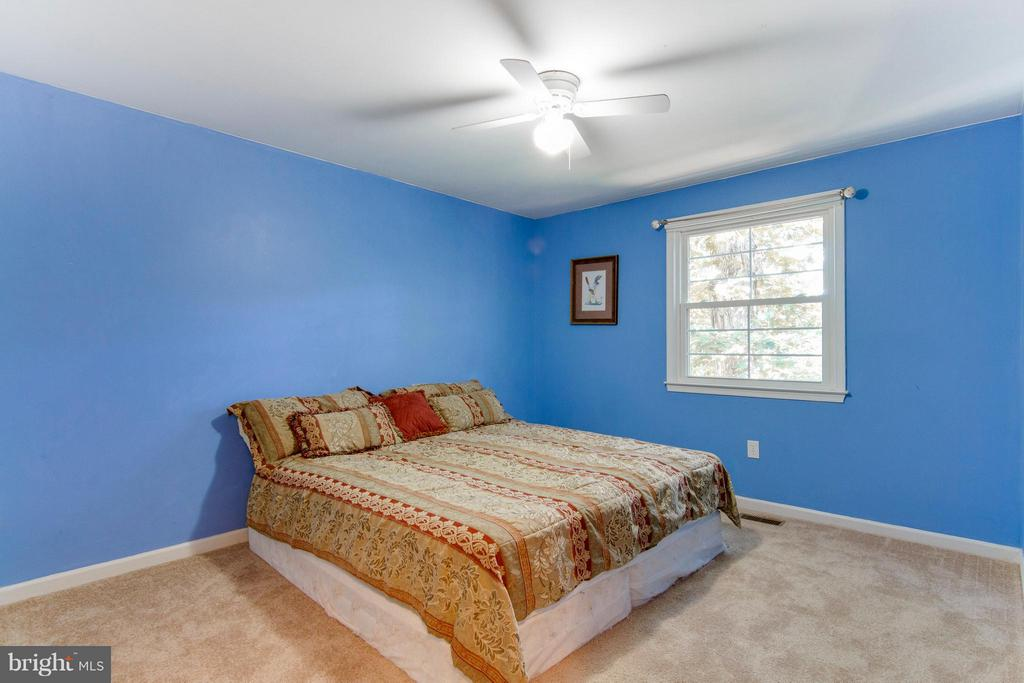 Roomy bedroom overlooks wooded back yard - 4087 CAMELOT CT, DUMFRIES