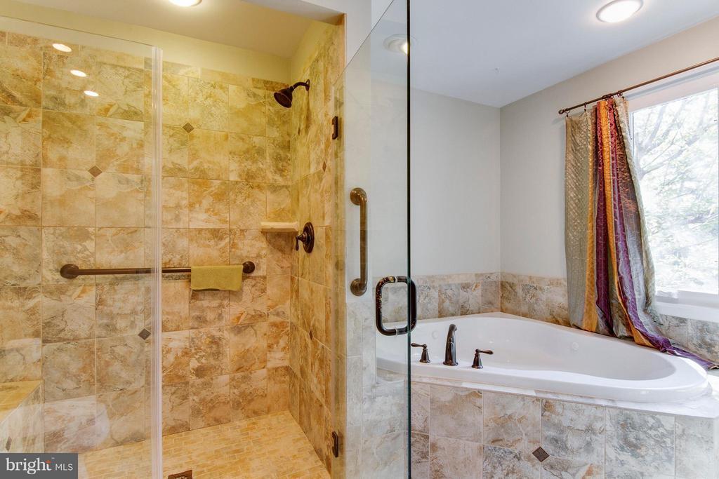 Glass-door tile shower and huge soaking tub - 4087 CAMELOT CT, DUMFRIES