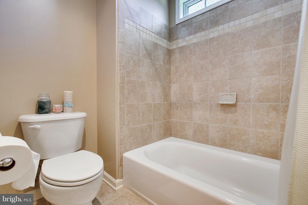 Third bathroom shower/tub combo w/ transom window - 4610 MOCKINGBIRD LN, FREDERICK