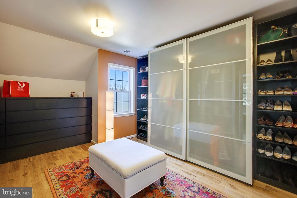 Lots of drawers, shelvings  & closets - 4610 MOCKINGBIRD LN, FREDERICK