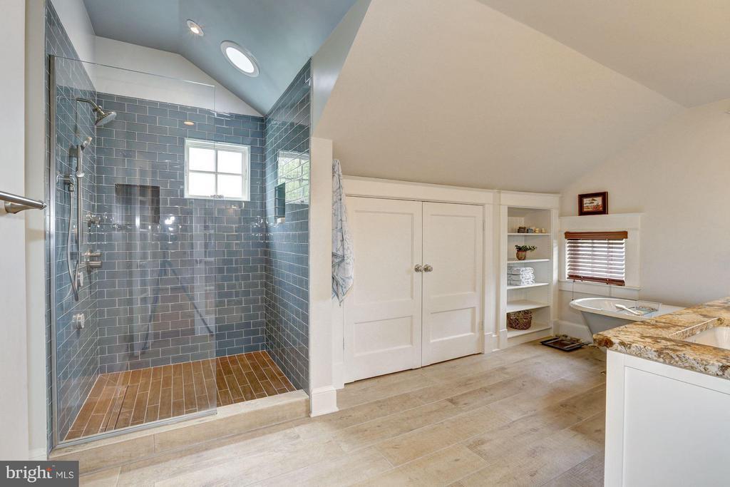Bath (Master) - 209 N FILLMORE ST, ARLINGTON