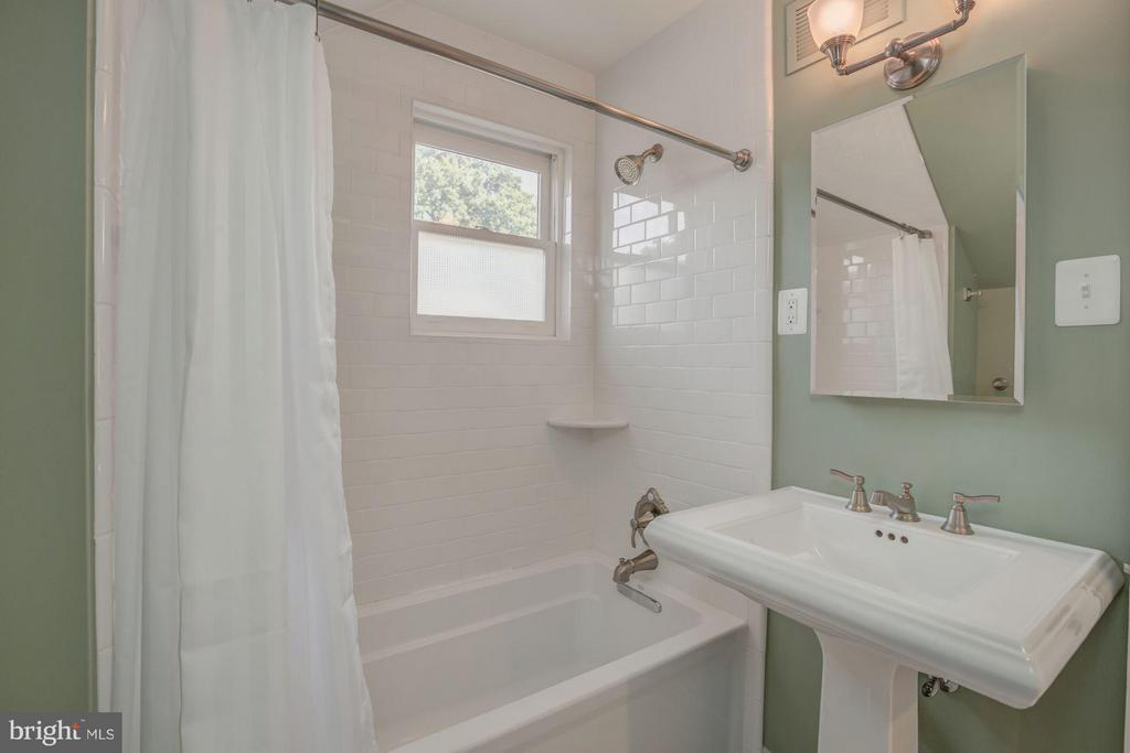 Upstairs Bathroom with subway tile and pedestal si - 506 NORWOOD ST, ARLINGTON