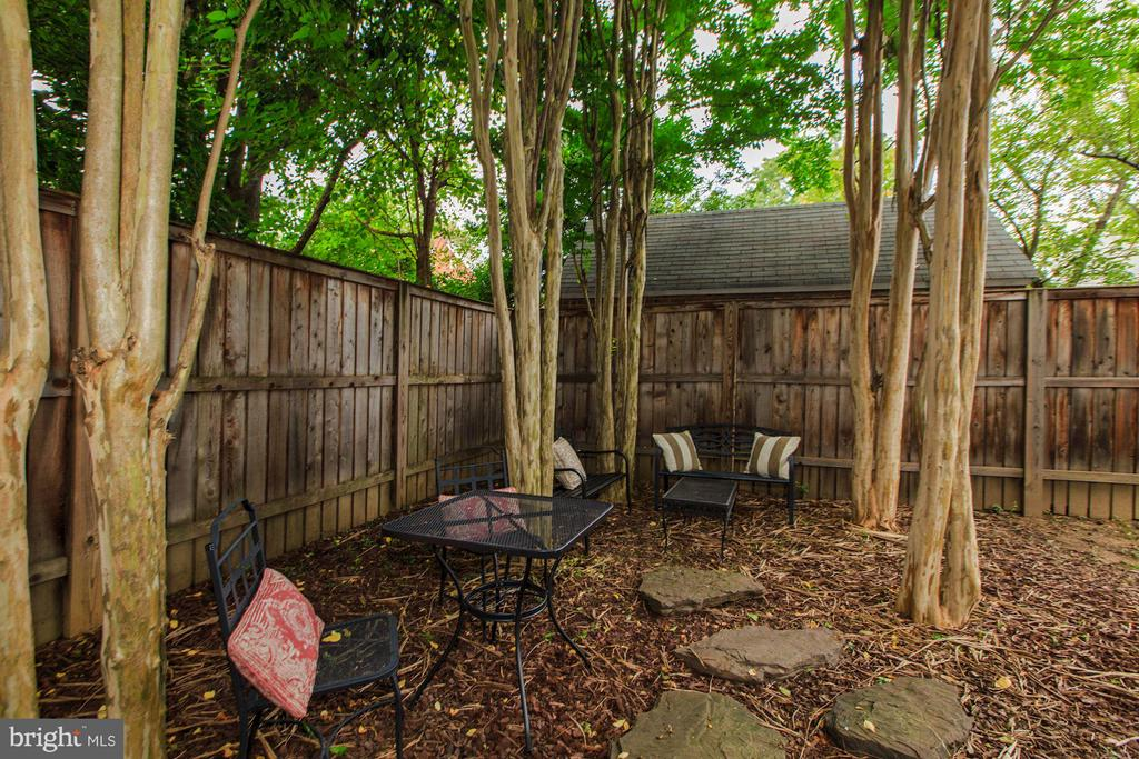 Relaxing shaded area with mature crepe myrtles - 506 NORWOOD ST, ARLINGTON