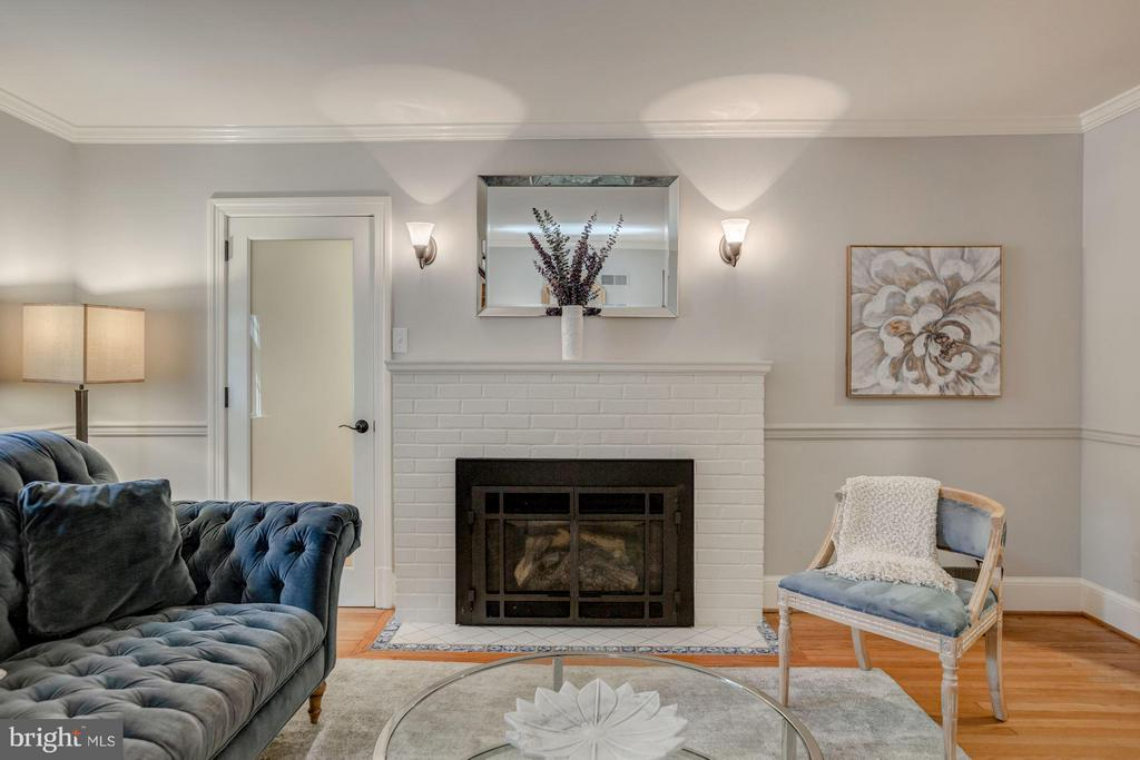 Living Room with gas fireplace - 506 NORWOOD ST, ARLINGTON