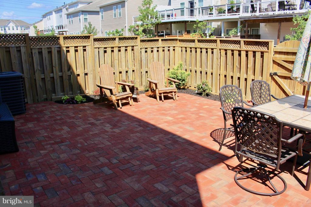 Beautiful fenced back yard with NEW large patio, - 41846 APATITE SQ, ALDIE
