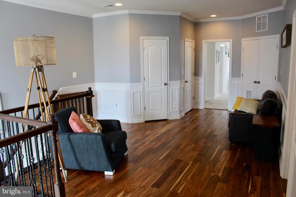 Upper level loft with same beautiful flooring - 41846 APATITE SQ, ALDIE