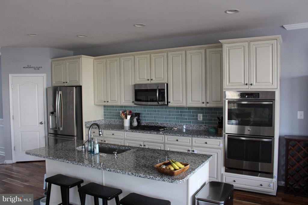 Upgraded granite and tile back-splash. - 41846 APATITE SQ, ALDIE