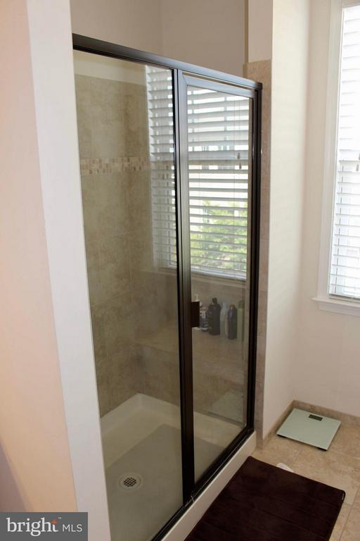Large walk in shower - 41846 APATITE SQ, ALDIE