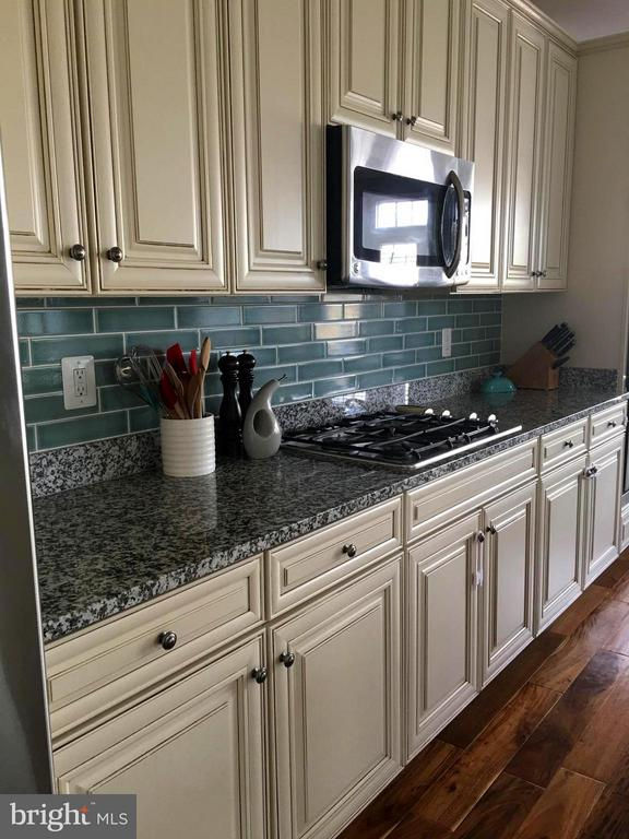Gas cook-top and double oven, tile back splash. - 41846 APATITE SQ, ALDIE