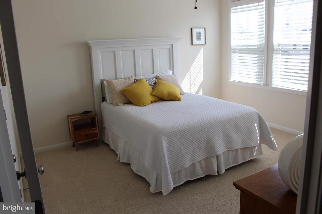 Upper level front bedroom - 41846 APATITE SQ, ALDIE