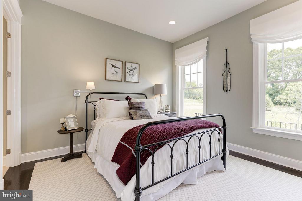 Main level bedroom with en suite full bath - 40736 WILD PLUM DR, ALDIE