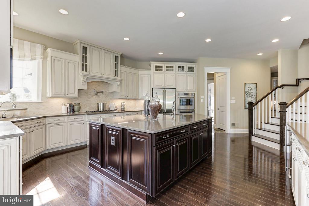 Kitchen with back stairway to bedroom level - 40736 WILD PLUM DR, ALDIE