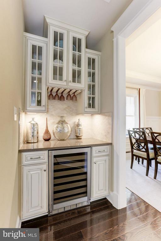 Butler's pantry between Kitchen and Dining Room - 40736 WILD PLUM DR, ALDIE