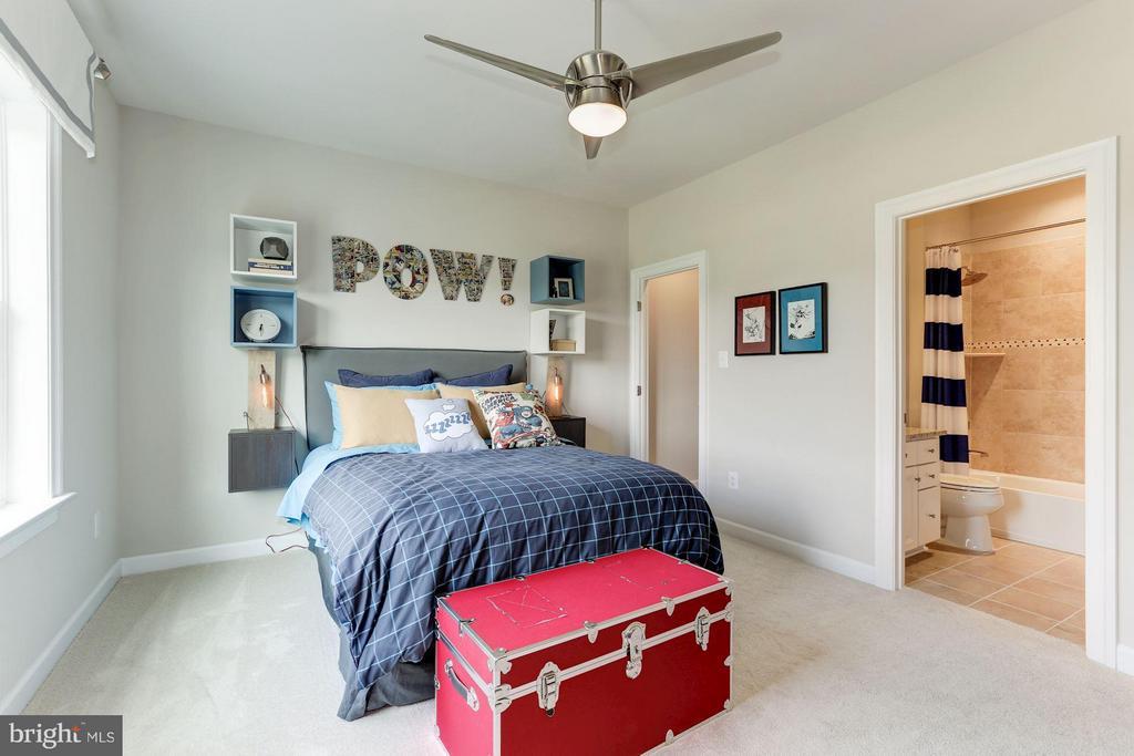 Bedroom 5 with en suite bath and walk in closet - 40736 WILD PLUM DR, ALDIE