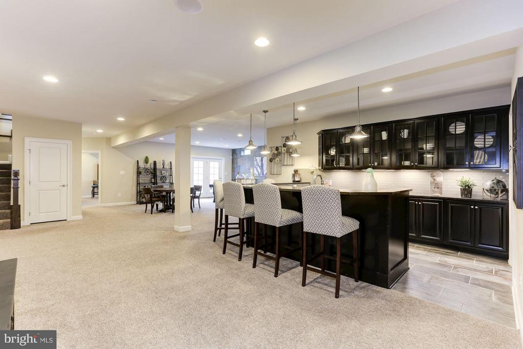 Full bar with large pantry - 40736 WILD PLUM DR, ALDIE