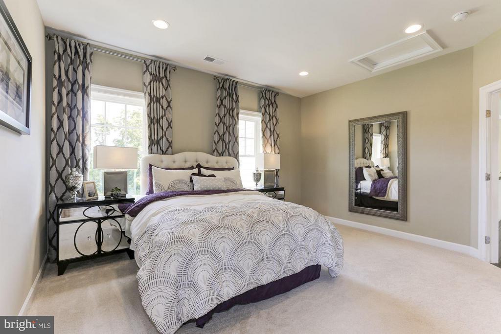 Bedroom 4 with en suite bath and walk in closet - 40736 WILD PLUM DR, ALDIE