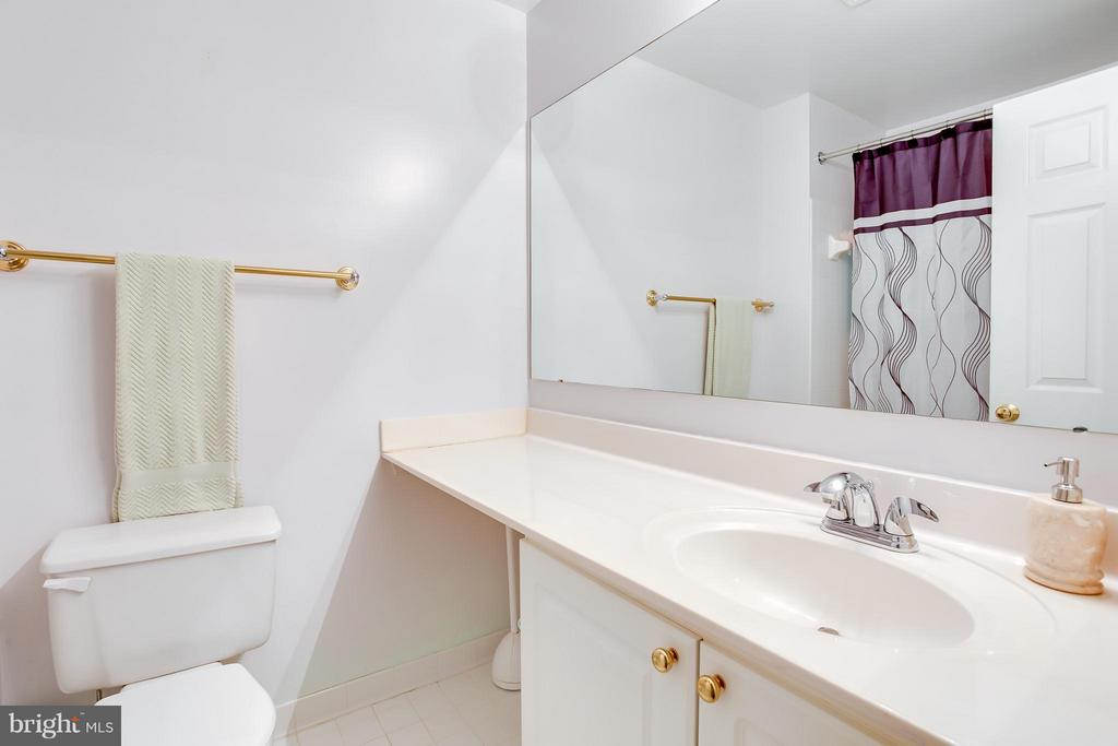 Full Bath Ensuite to Second Bedroom - 1625 INTERNATIONAL DR #TH1, MCLEAN