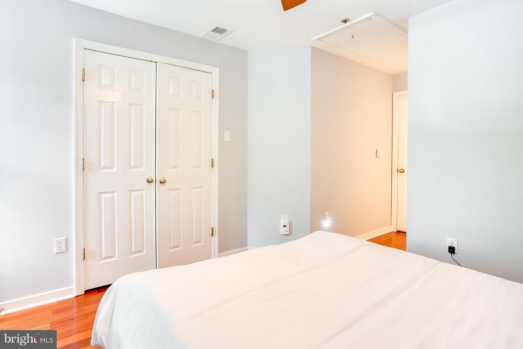 Second Bedroom with Ensuite - 1625 INTERNATIONAL DR #TH1, MCLEAN