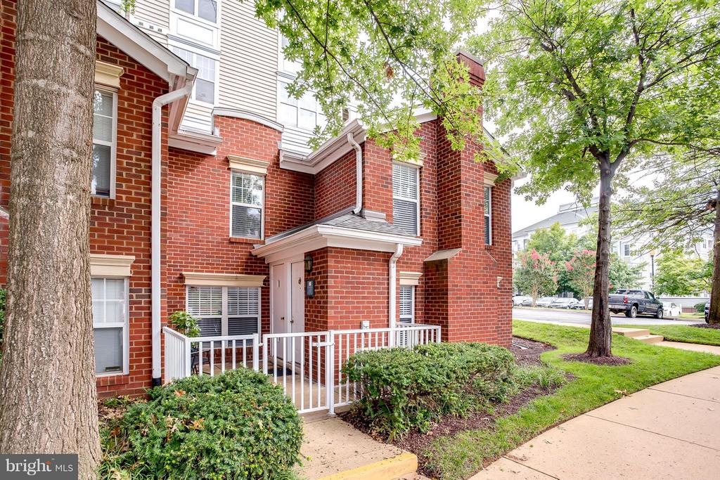 Brick End Unit TownHome/Condo w/ Private Courtyard - 1625 INTERNATIONAL DR #TH1, MCLEAN