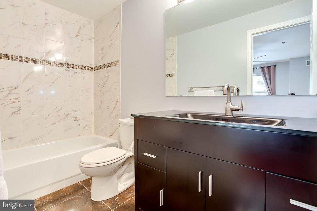 Separate Tub in Master Ensuite - 1625 INTERNATIONAL DR #TH1, MCLEAN