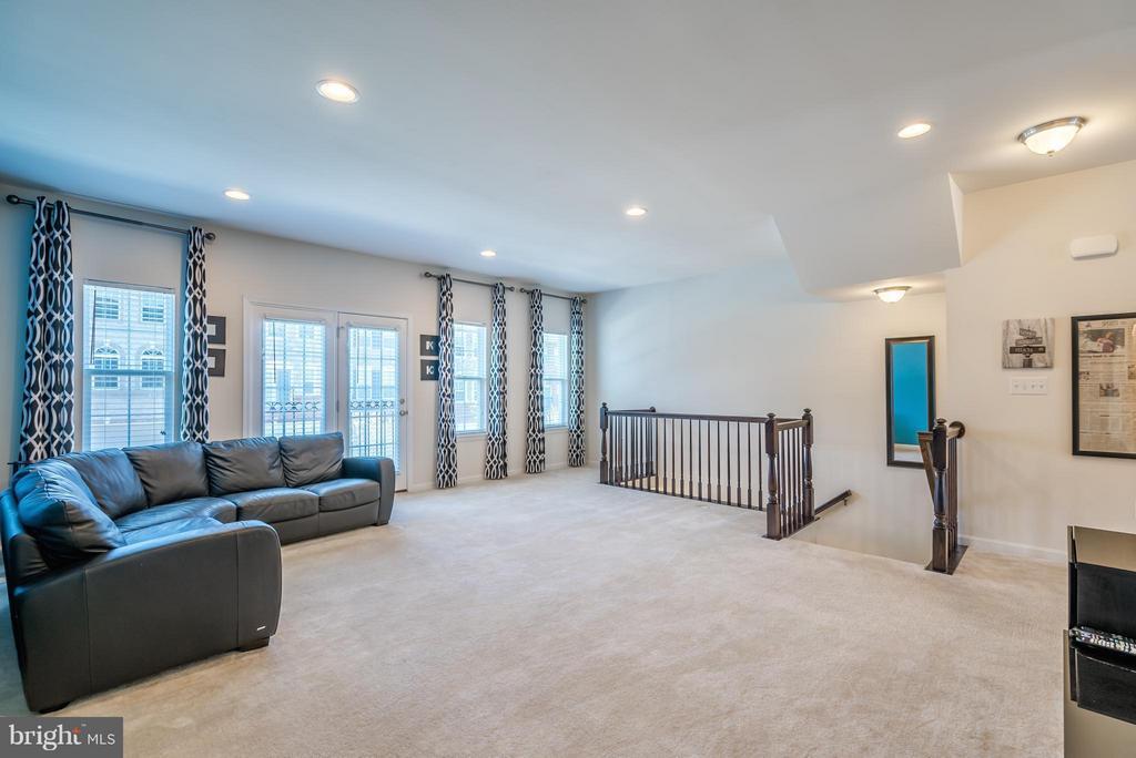 Living Room - Custom Curtains Convey - 9053 MARIA WAY, MANASSAS PARK