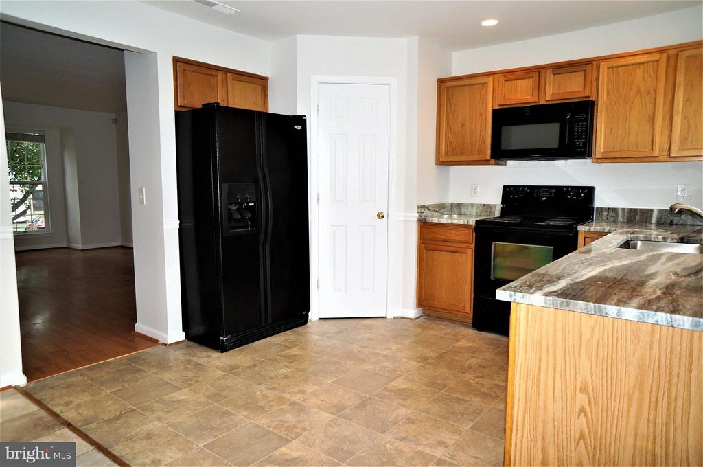 Kitchen with Walk-in Pantry - 16948 TOMS RIVER LOOP, DUMFRIES